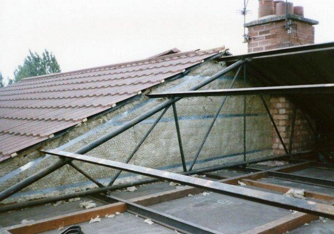 Exposed tubular steel roof truss on bisf house